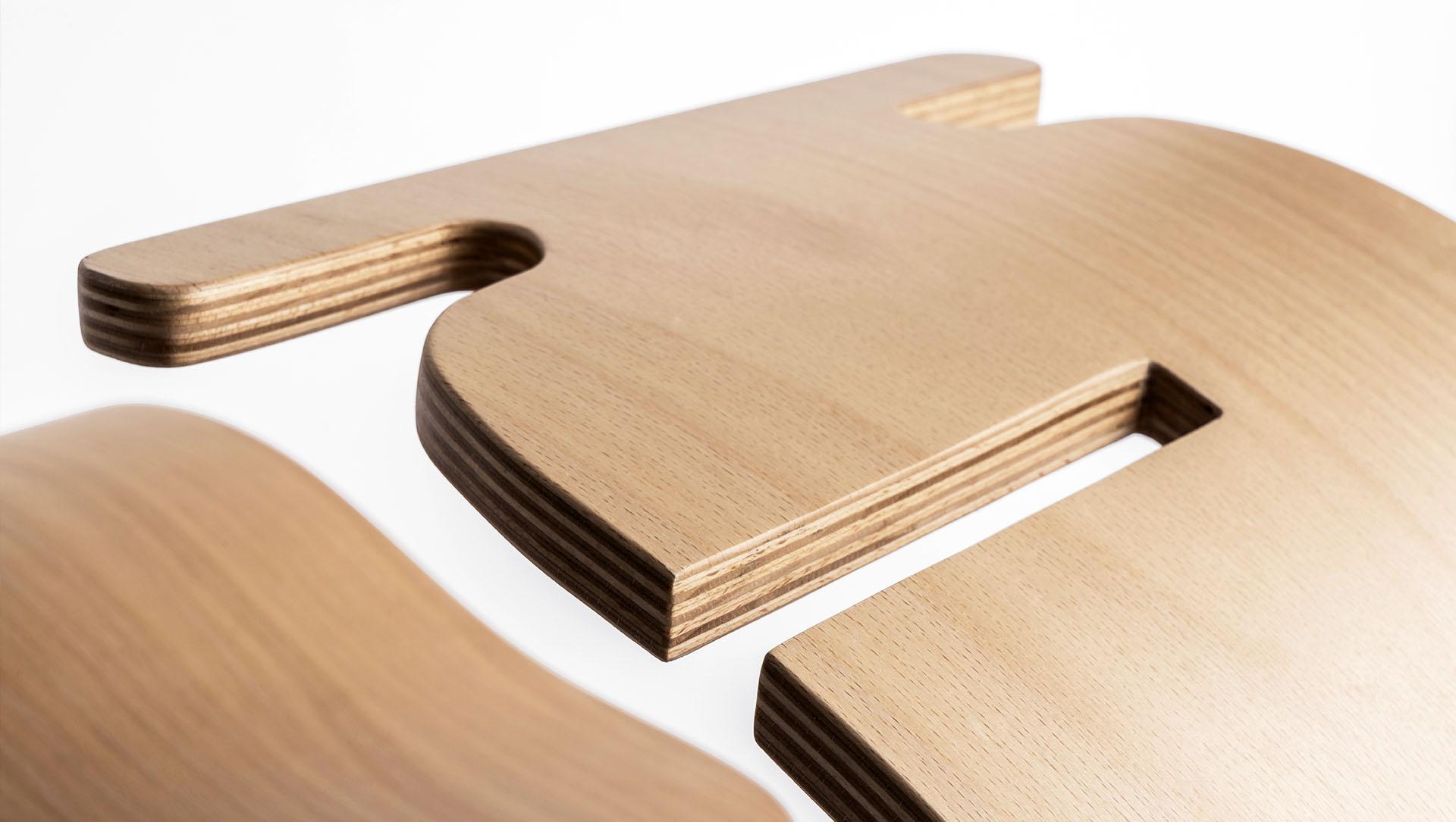 YaWood: prodotto di design che reinterpreta il gioco del cavallo a dondolo, composto da un foglio di legno naturale piegato che curvandosi compone la seduta, il pattino e il manubrio.