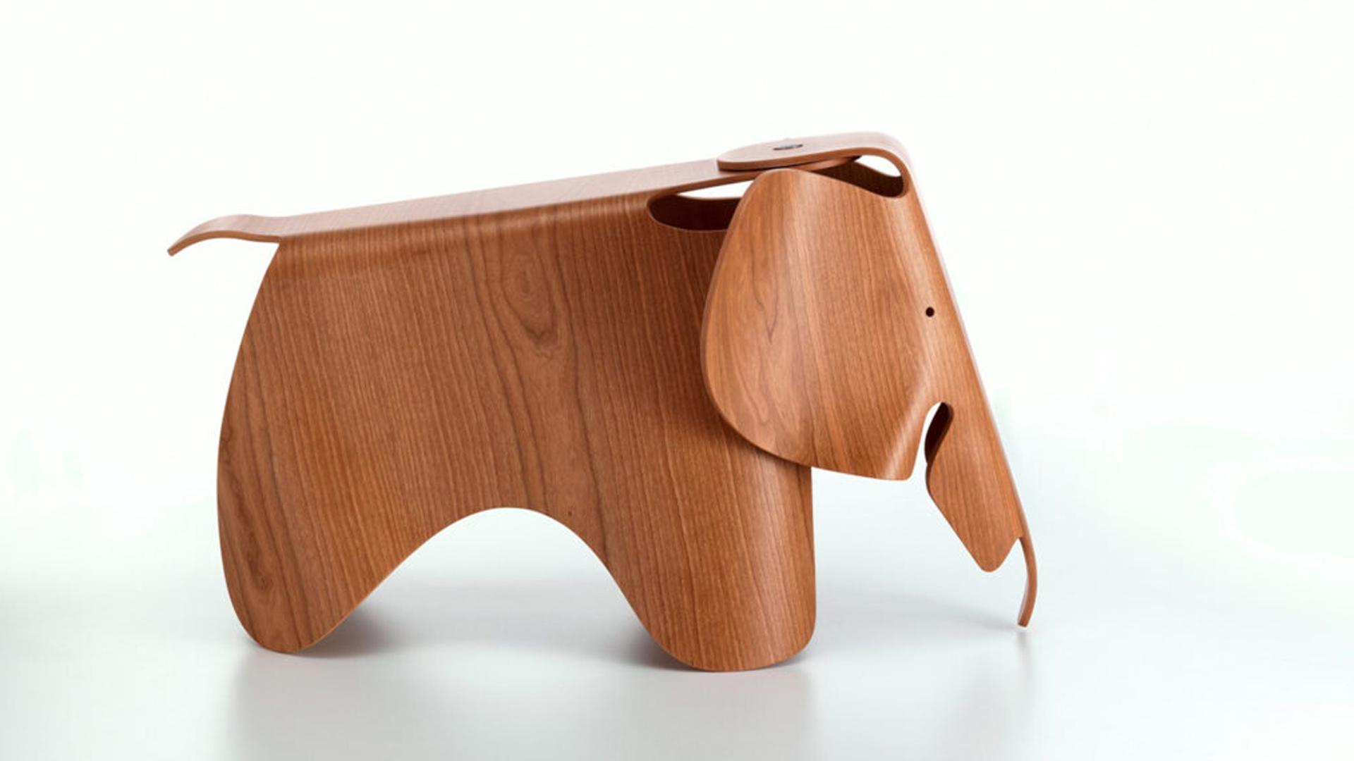 Fotografia dell'elefantino Eames Elephant, progetto di Charles e Ray Eames del 1945 in legno curvato.